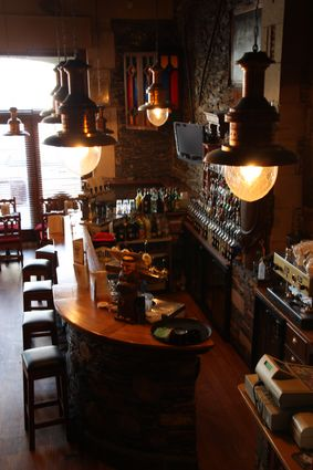 Le bar à l'intérieur de l'Abbaye Café à Angers
